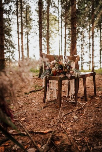 forest wedding styled shoots chairs with macrame boho bouquet fotografie danielaebner