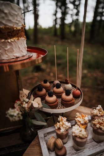 forest wedding styled shoots dessert shots and cupcakes fotografie danielaebner