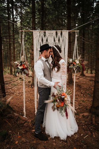 forest wedding styled shoots groom bride boho artal fotografie danielaebner