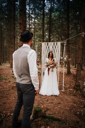 forest wedding styled shoots groom bride boho ceremony fotografie danielaebner