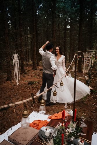 forest wedding styled shoots groom bride dancing fotografie danielaebner