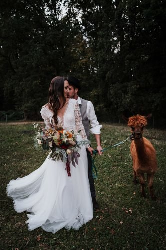 forest wedding styled shoots groom bride with cute lama fotografie danielaebner