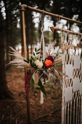forest wedding styled shoots hanging flowers decor fotografie danielaebner