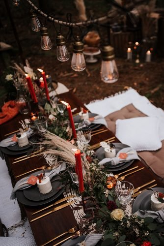 forest wedding styled shoots long table with candles and pampas grass fotografie danielaebner