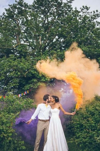 wedding photography trends bride groom kiising colorful smoke larissajoicephotography