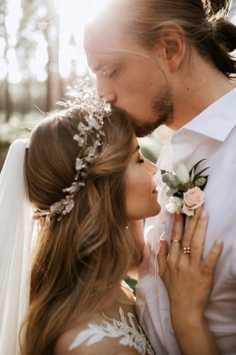 wedding photography trends the groom kisses the bride on the forehead linda lauva photography