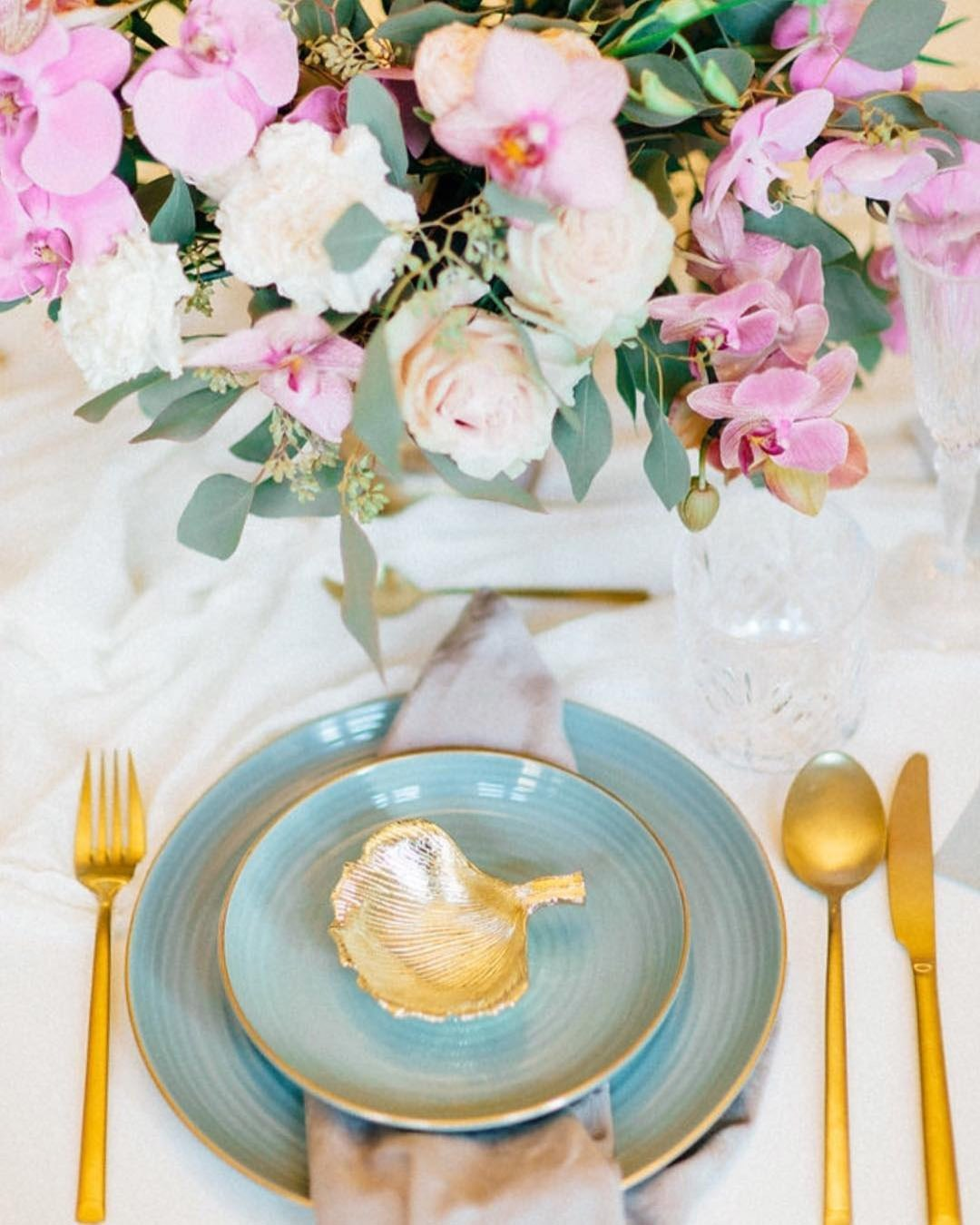 wedding colors Petal Pink Cornflower Blue Mauve wedding color scheme flowers table setting