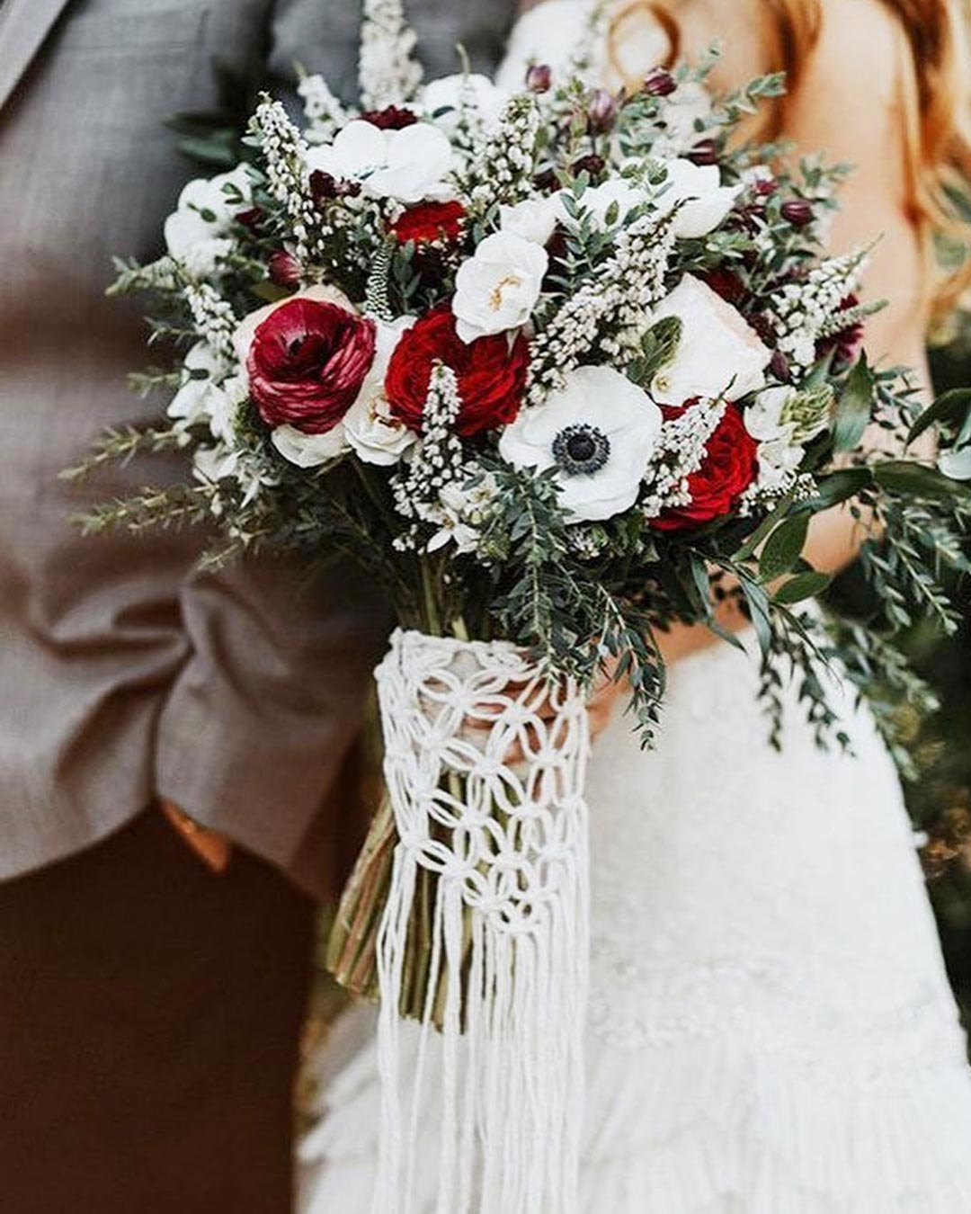 wedding colors red white bouquet bride