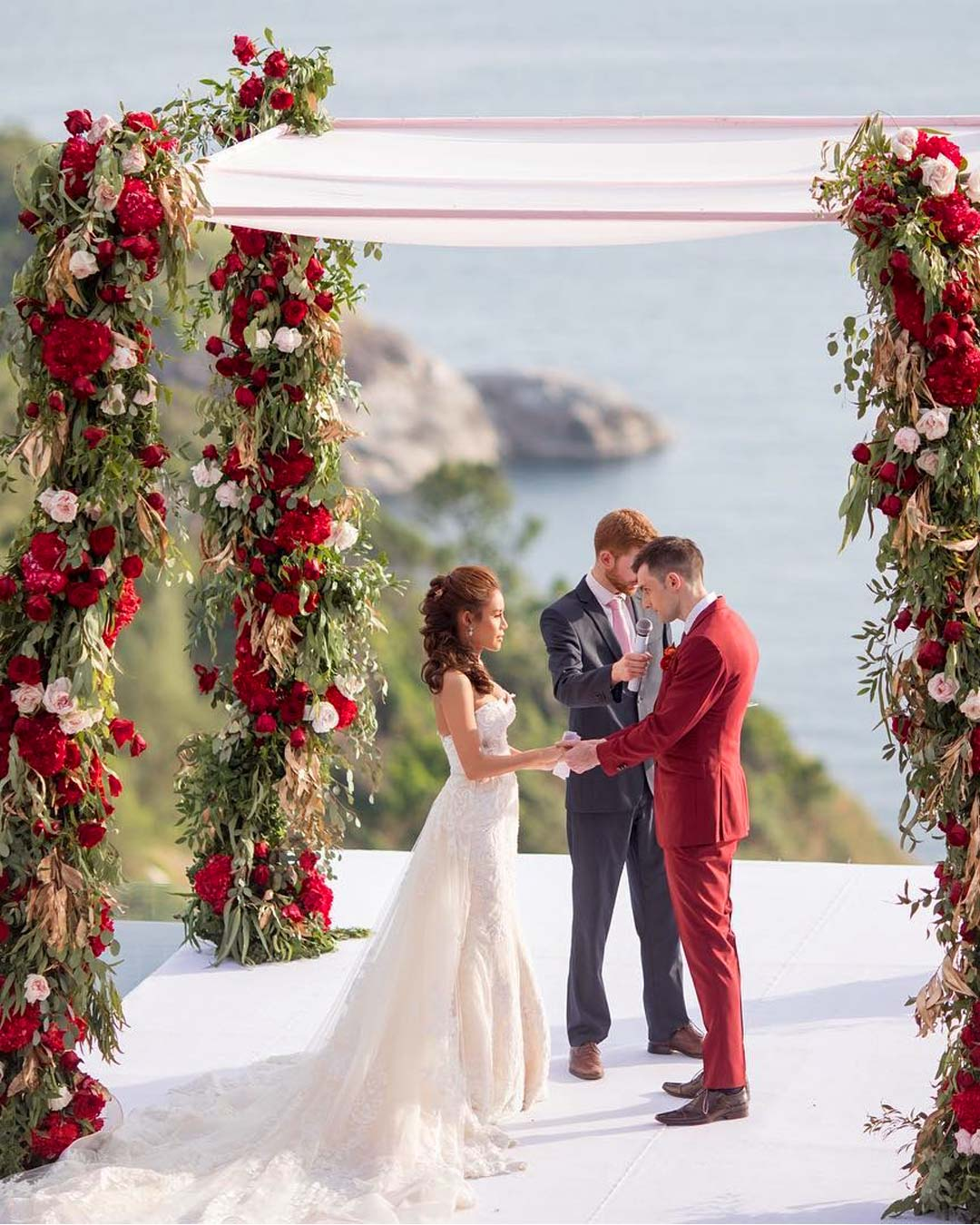 wedding colors red white flowers arch bride groom