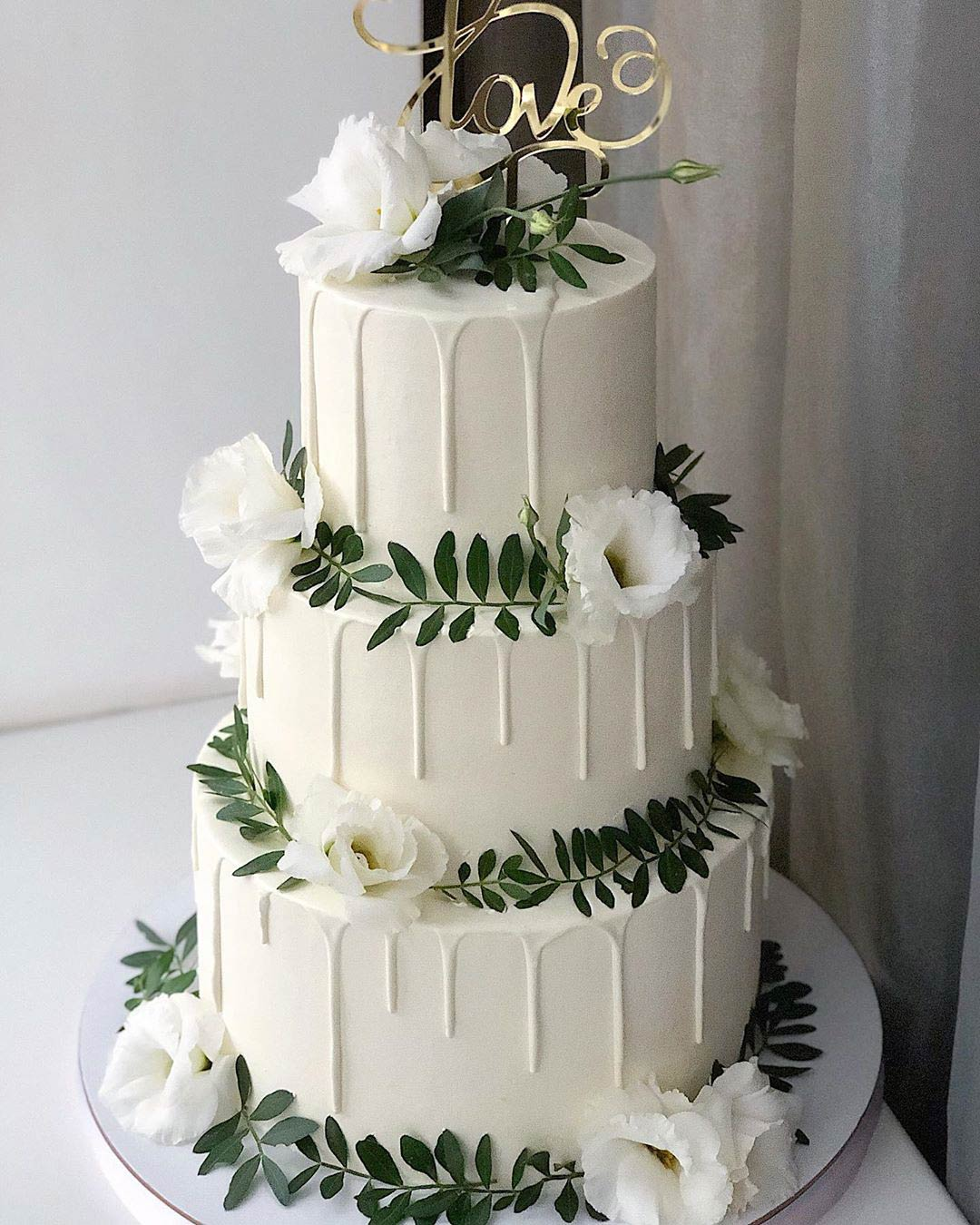 wedding trends dropping cake