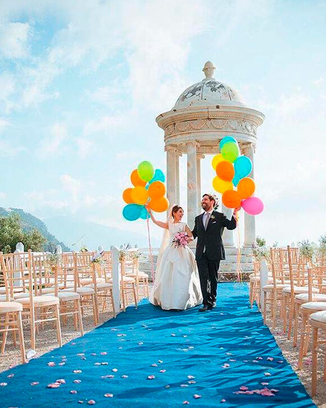 blue and white wedding colors aisle