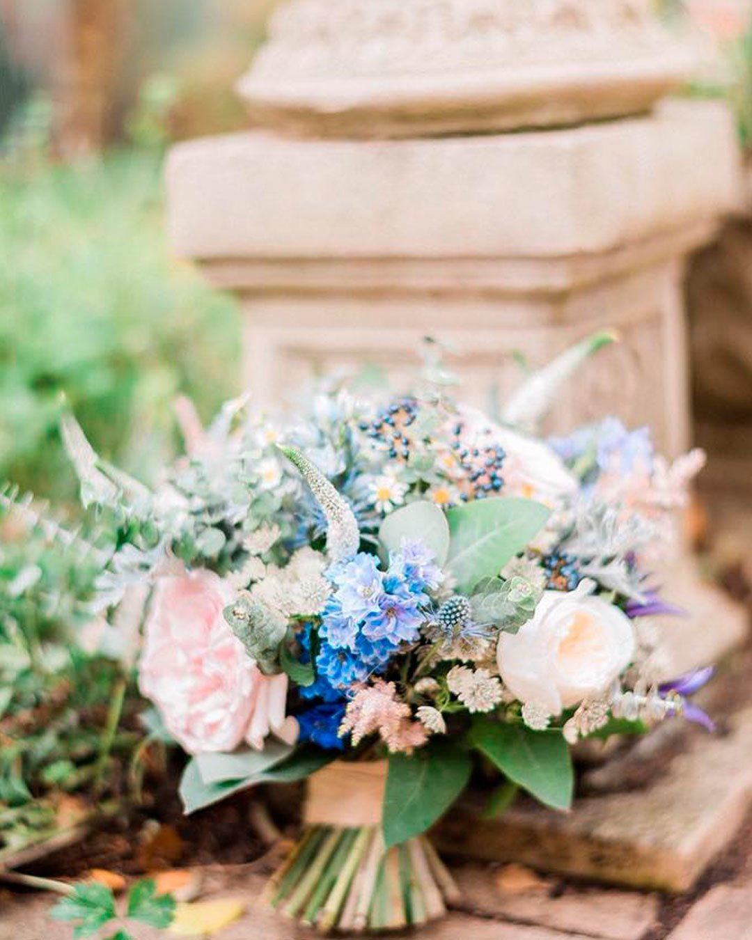 blue-and-white-wedding colors bouquet flowers arrangements