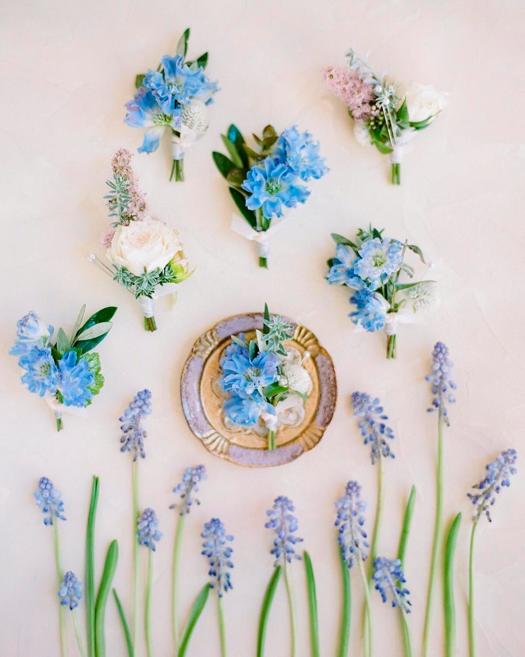 blue and white wedding colors boutonnieres arrangements