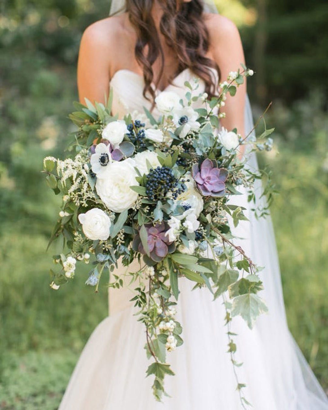 lilac wedding colors bouquet bride