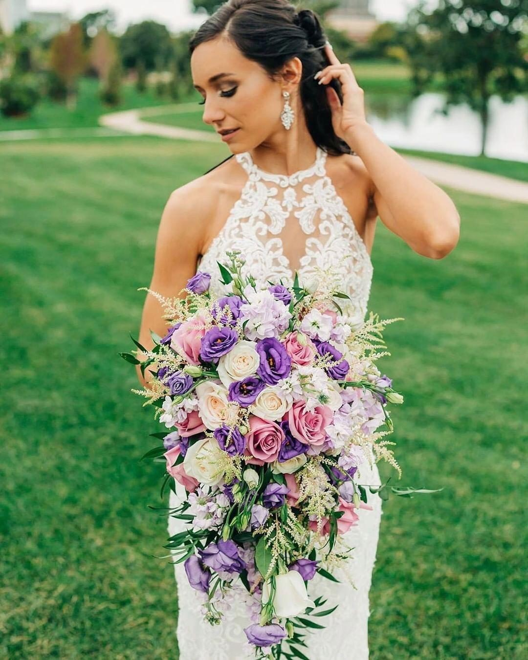 lilac wedding colors bride bouquet