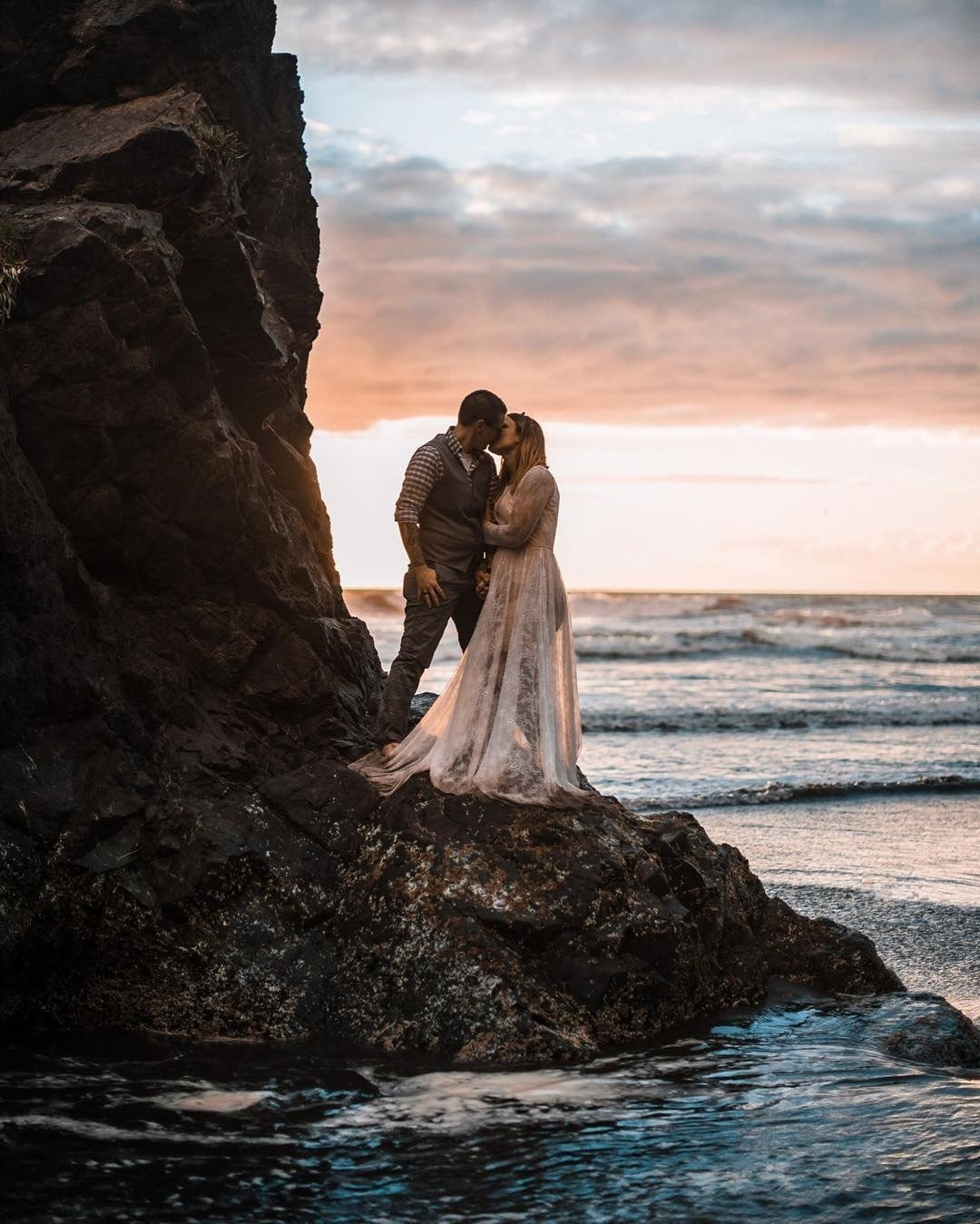 cute wedding photos kiss at sunset thefoxes