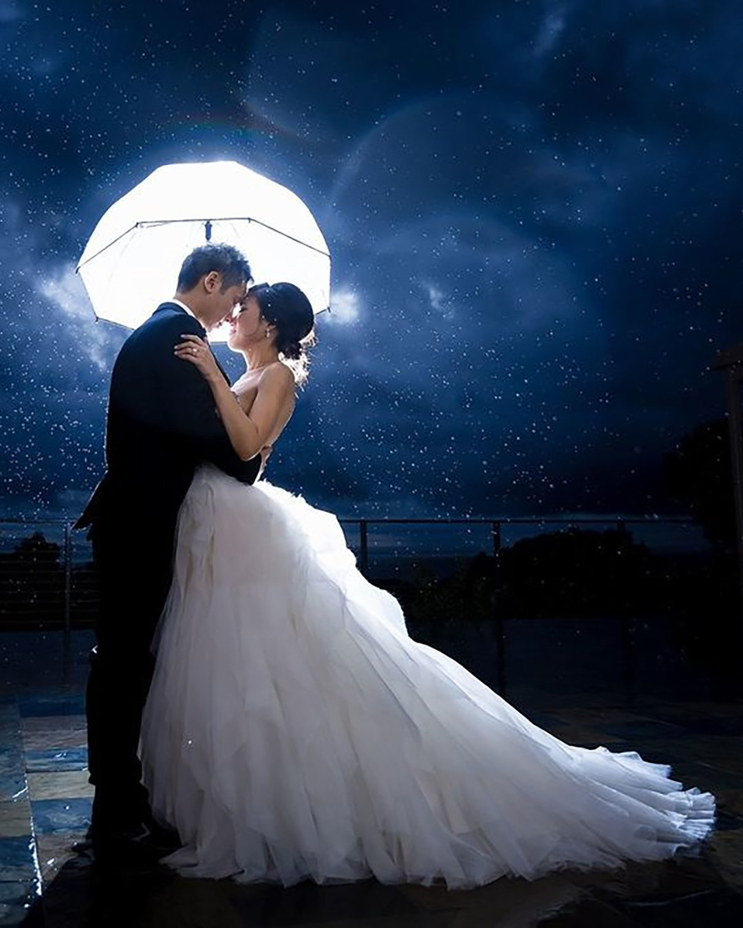 cute wedding photos rain in the night white umblella linandjirsa