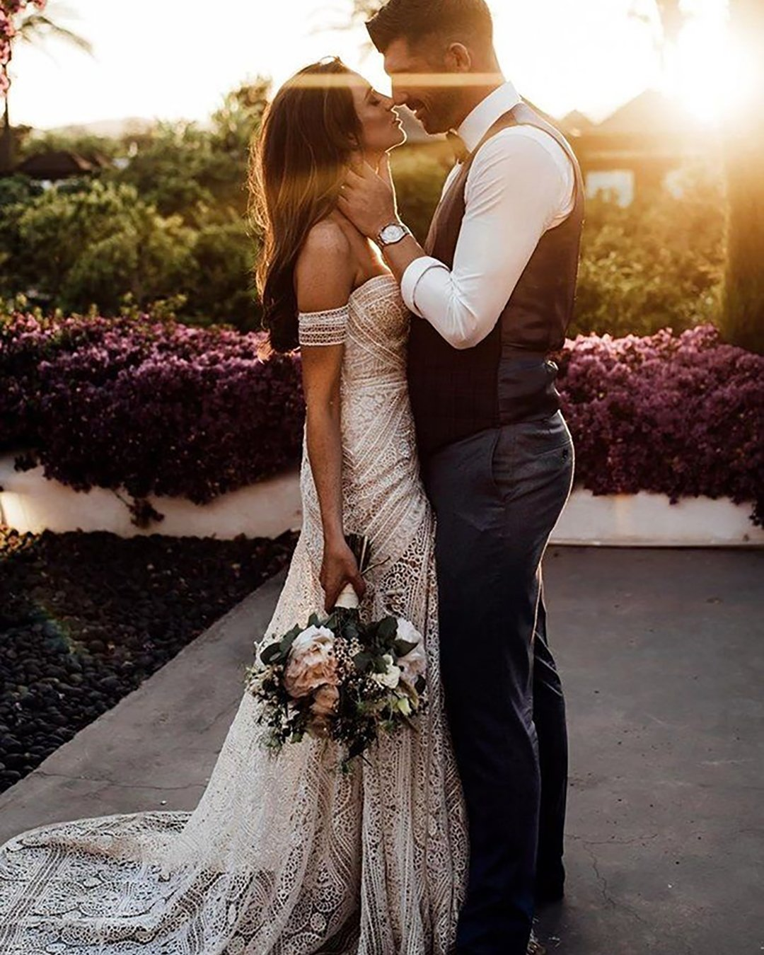 cute wedding photos tender couple at sunset tali_photography